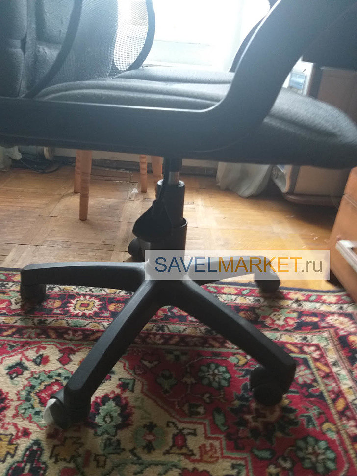 Мастер Савелмаркет отремонтировал офисное кресло на дому в Москве в день заказа