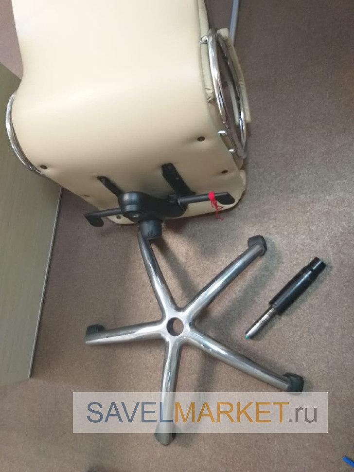 Мастер демонтировал поломанный газлифт на кресле с мультиблоком