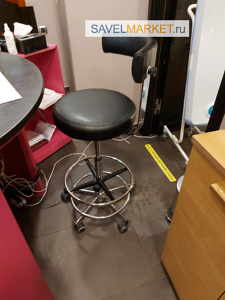 Savelmarket Мастер провел ремонтные работы демонтировал старый сломанный газлифт, установил новый барный газлифт и кольцо под ноги Данной заменой удалось увеличить минимальную высоту кресла на 16см, а максимальную на 27 см.