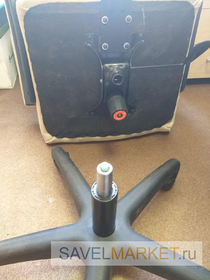Мастер установил новый усиленный газлифт на кресло