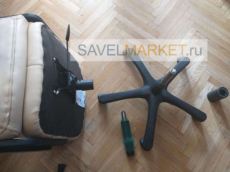 мастер отсоединил газлифт от механизма качания кресла