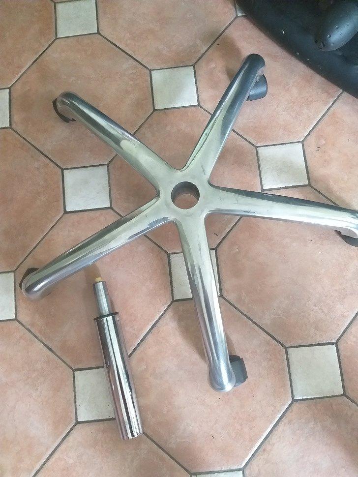 металлическая крестовина и хромированный газлифт для кресла