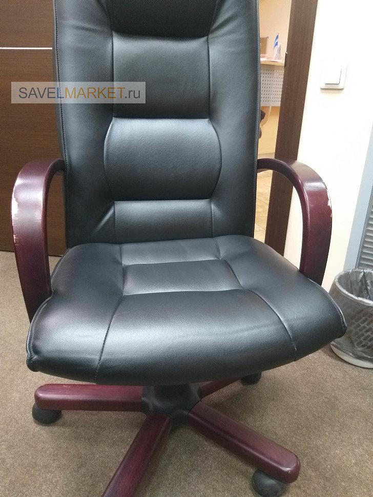 мастер SavelMarket отремонтировал кожаное кресло с деревянными подлокотниками