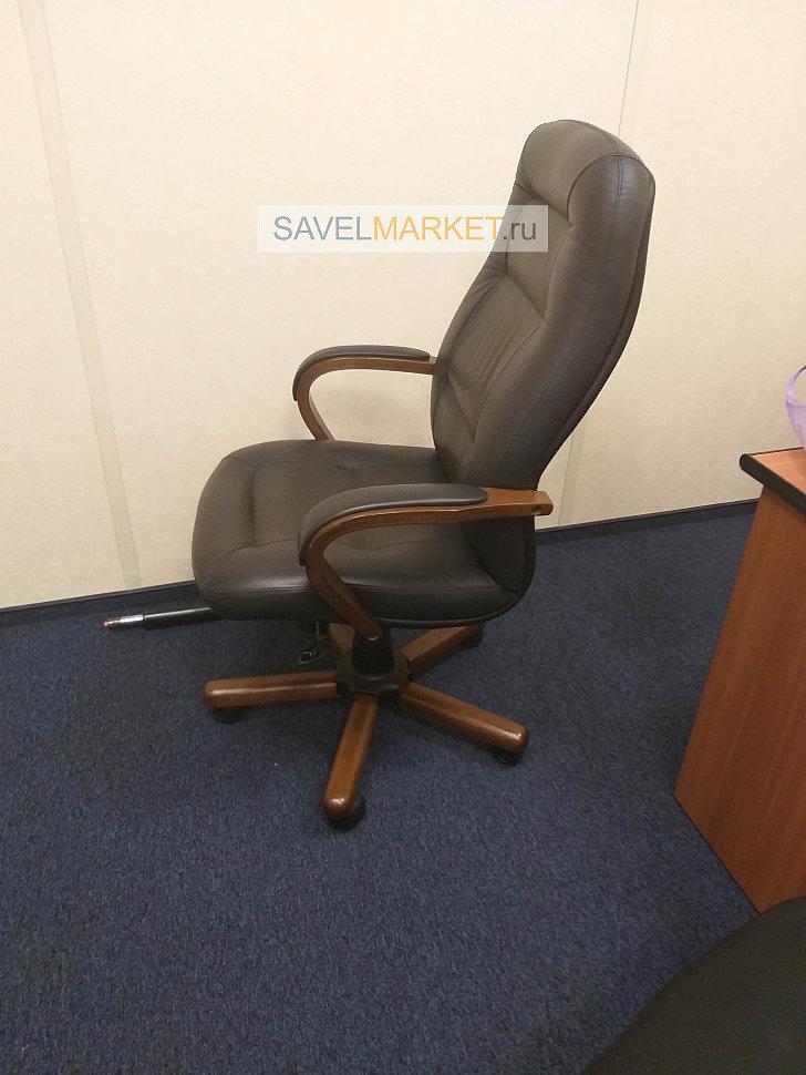 Мастер Савелмаркет отремонтировал компьютерное кожаное кресло в офисе