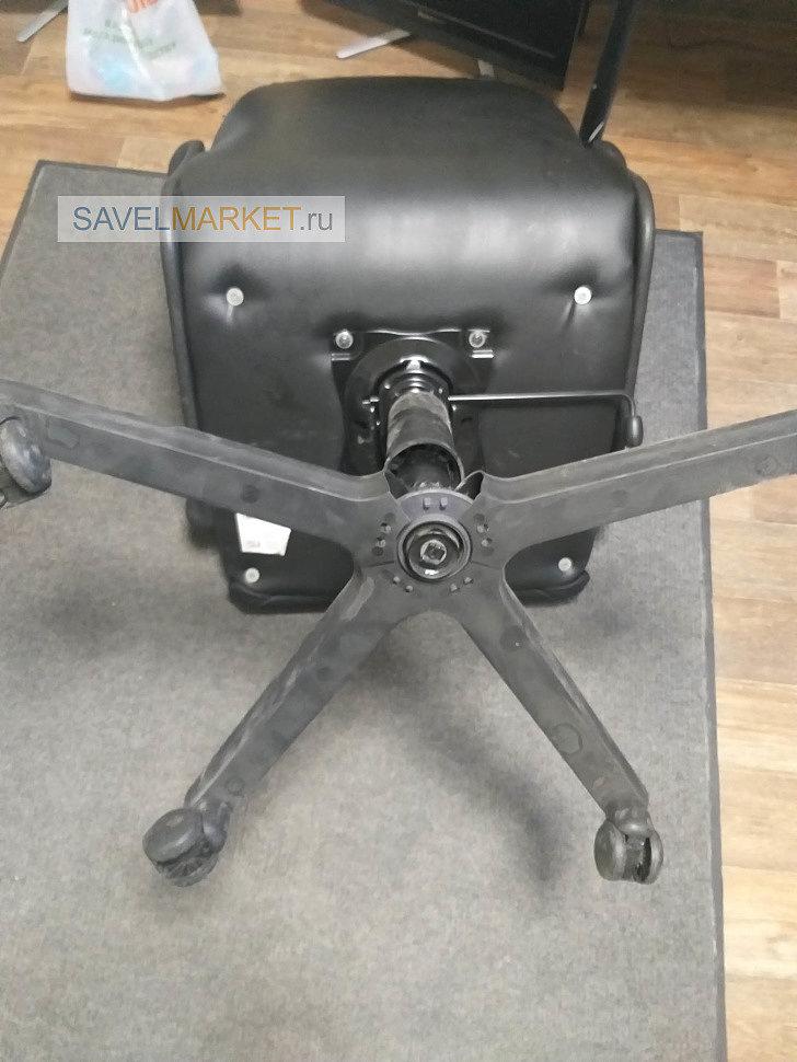 оператор Savelmarket.ru принял заявку на ремонт компьютерного кресла в офисе. У кресла на крестовине отломился один из лучей (металлическая крестовина с пластиковыми накладками). Обратите внимание: к этой крестовине, как правило, комплектуются нестандартные колеса со штоком D10, а не стандартные D11